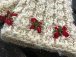 Vintertid - lovikkavantar med flätor och broderi - stick-kit - utan stickor
