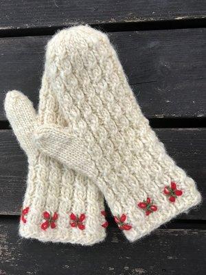 Vintertid - lovikkavantar med flätor och broderi - stick-kit